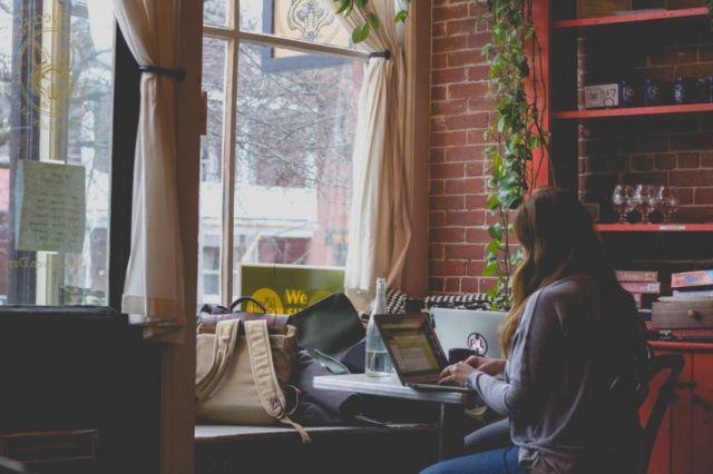 Γυναίκα κάθεται στον υπολογιστή