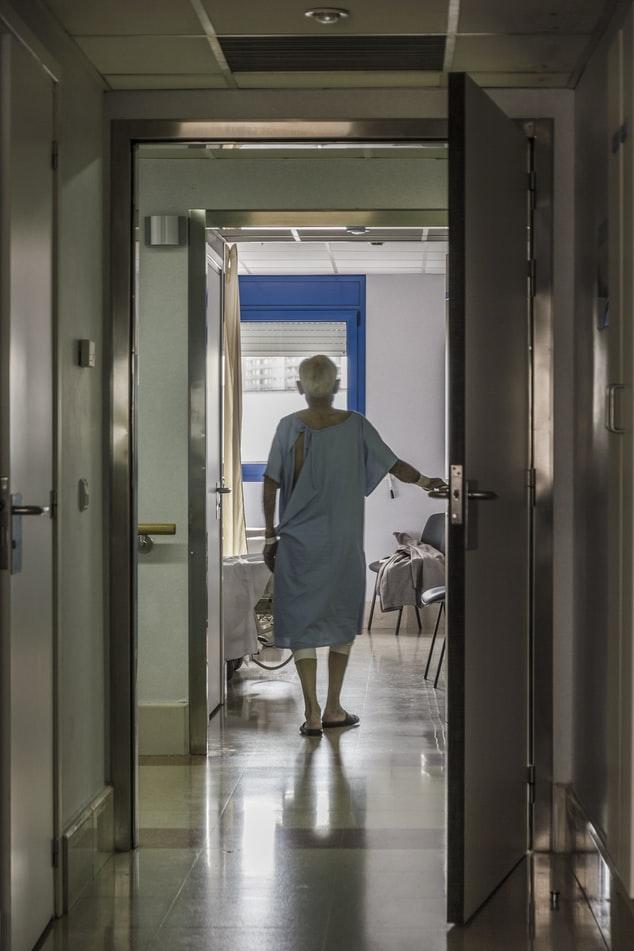 Ηλικιωμένη σε νοσοκομείο