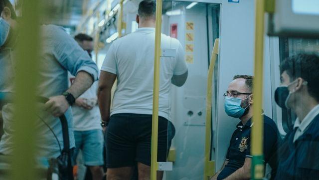 Κόσμος με μάσκα στο μετρό