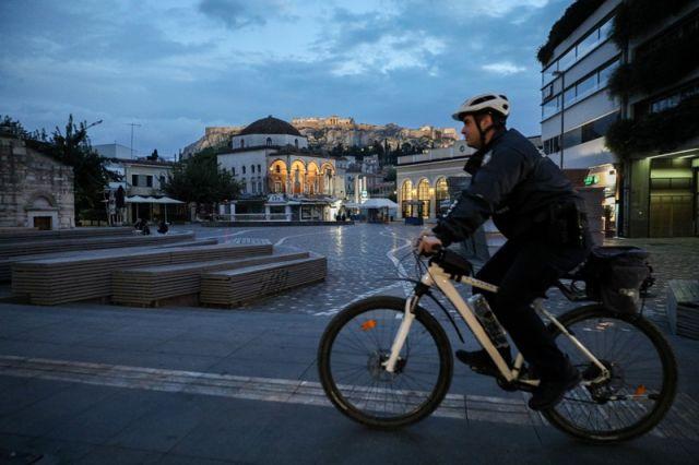 ποδηλάτης στο μοναστηράκι