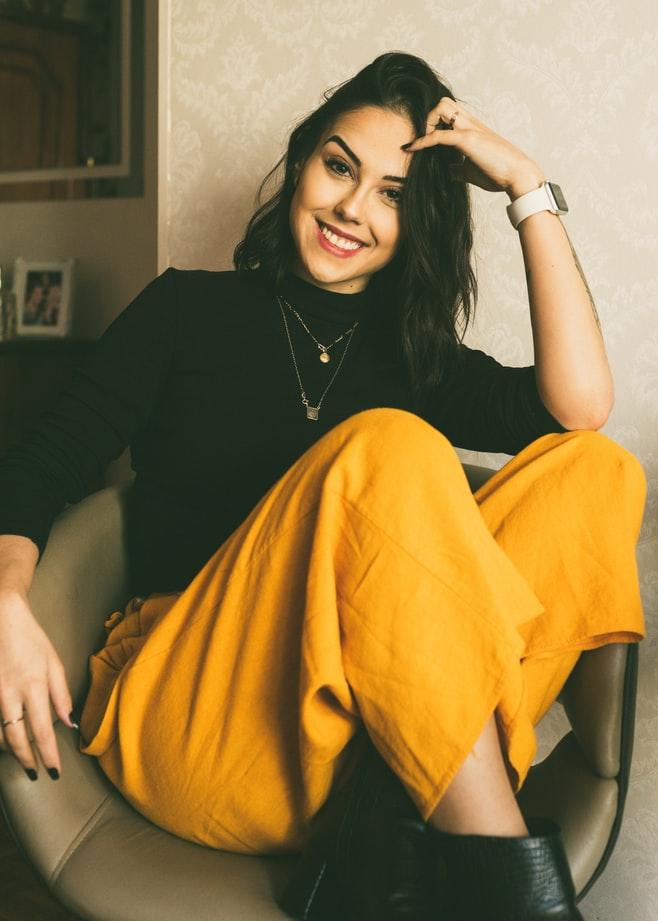 Κοπέλα με κίτρινο παντελόνι