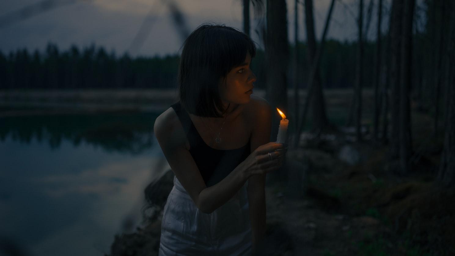 Κοπέλα με κερί