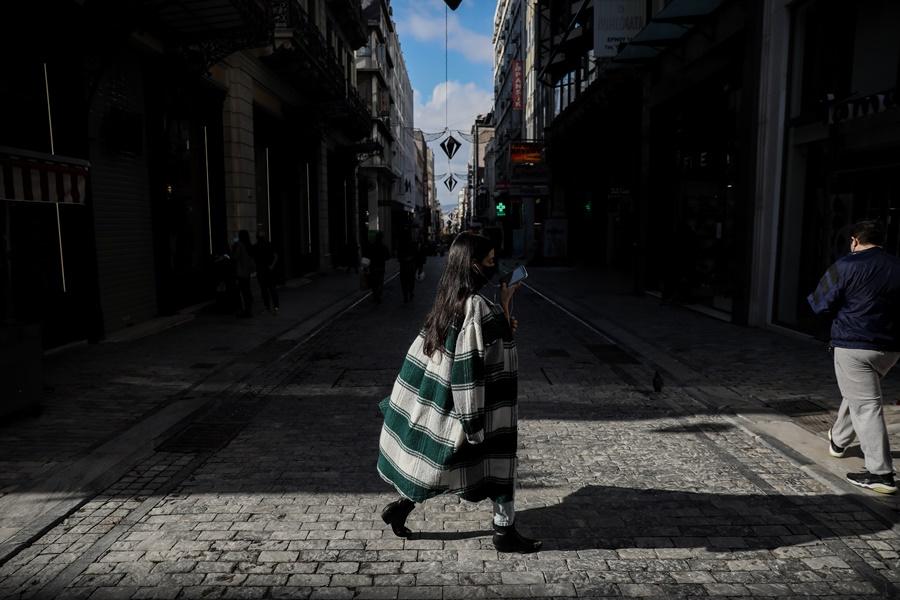Κοπέλα με μάσκα στην Ερμού