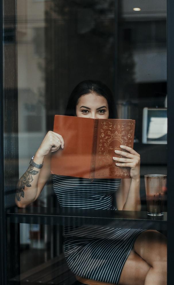 Κοπέλα με βιβλίο