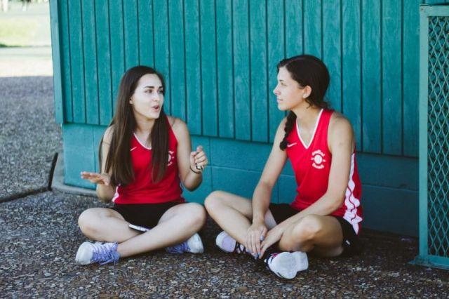 Μια κοπέλα μιλάει και η άλλη ακούει