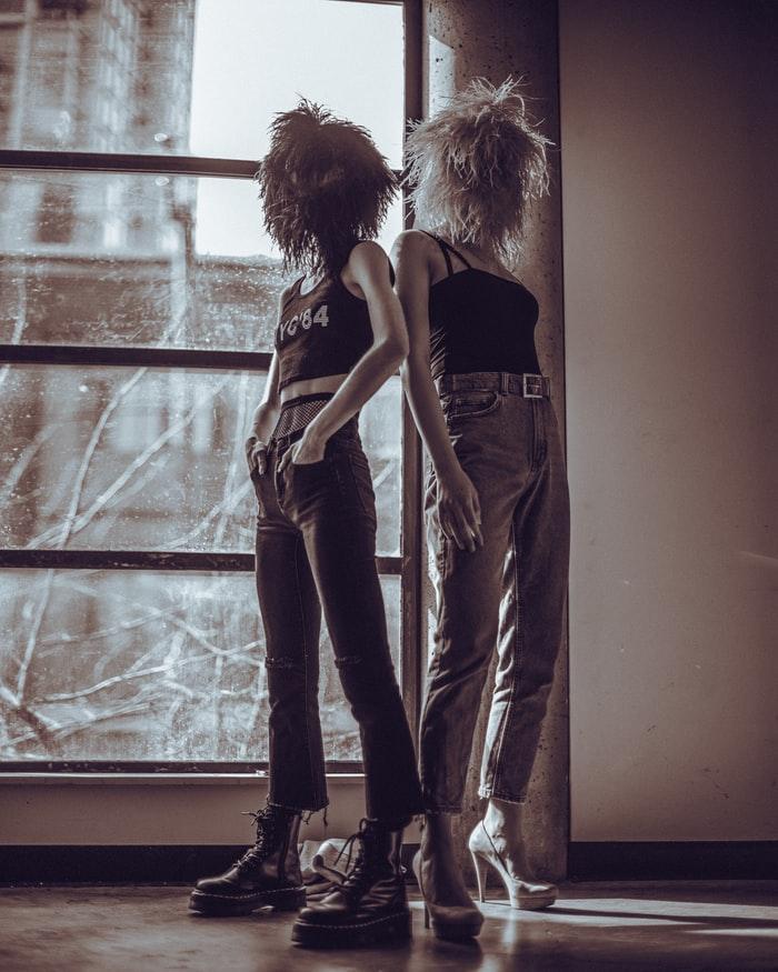Κορίτσια στο τζάμι