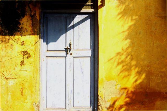 Λευκή ξύλινη πόρτα