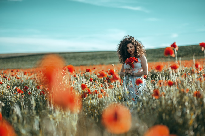 Κοπέλα στα λουλούδια