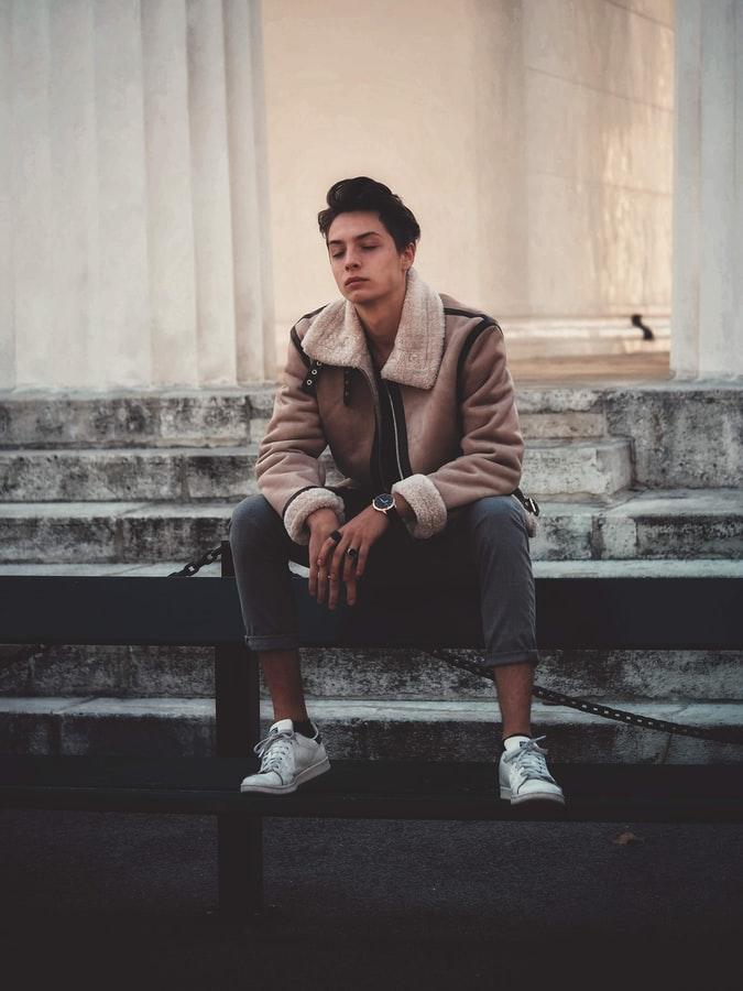 Αγόρι κάθεται στα σκαλιά