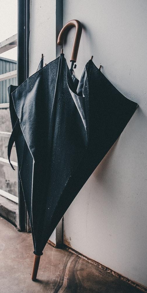 Μαύρη ομπρέλα στον τοίχο