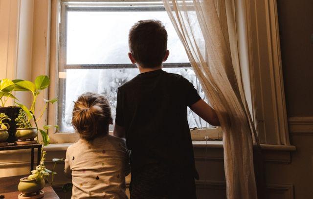 Δύο παιδιά στο παράθυρο