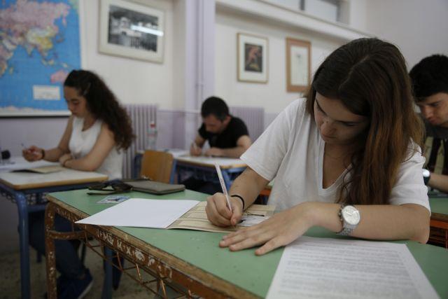 Μαθητές δίνουν πανελλήνιες εξετάσεις