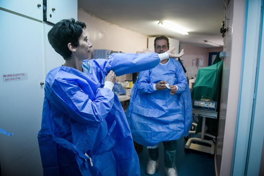 Νοσηλευτές γιατροί κορονοϊός