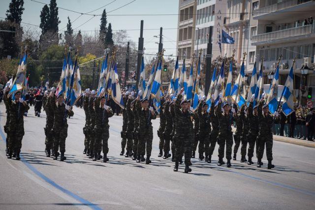 Στρατιώτες με ελληνικές σημαίες