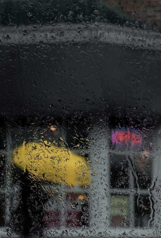 Βροχή μέσα από το τζάμι