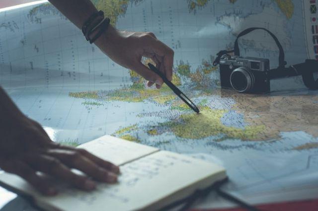 Ψάχνει στο χάρτη να ταξιδέψει