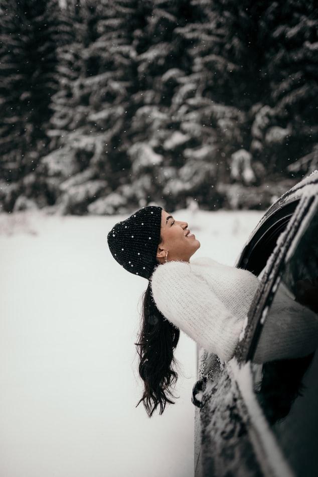 Κοπέλα στα χιόνια