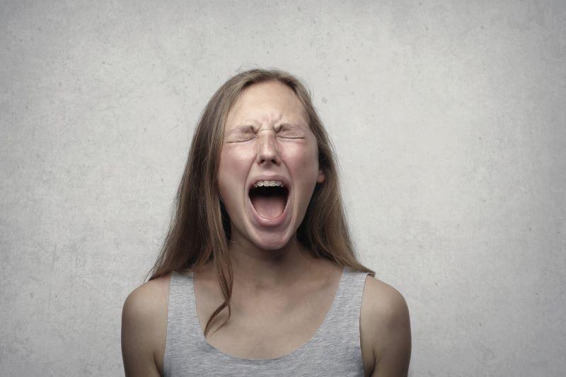 γυναίκα θυμωμένη