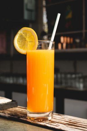 Χυμός πορτοκάλι σε ποτήρι