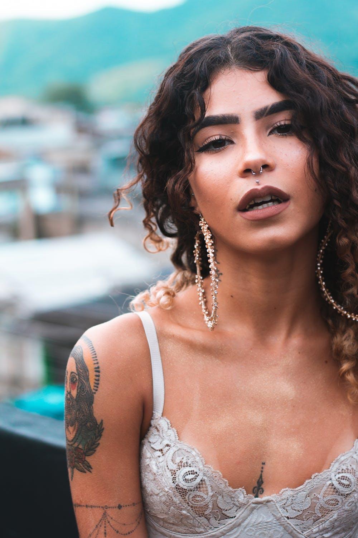 Γυναίκα με σκουλαρίκια