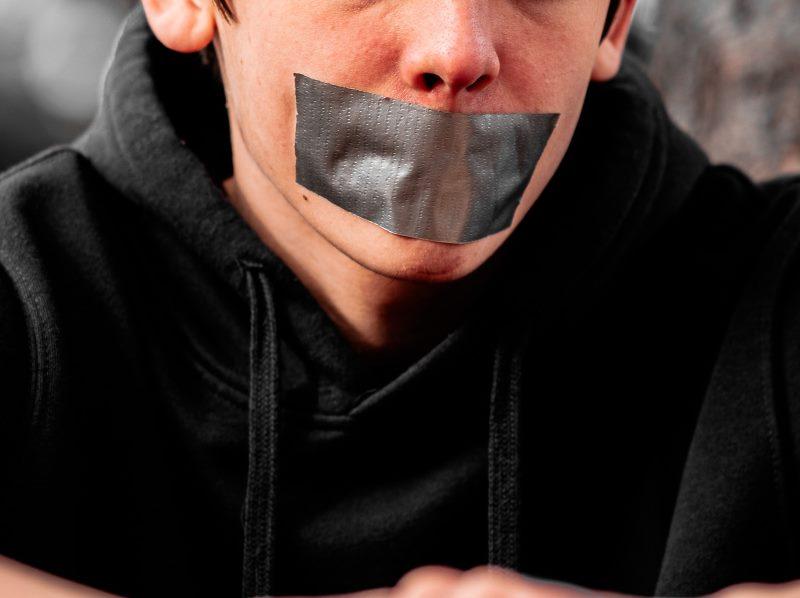 Παιδί με ταινία στο στόμα