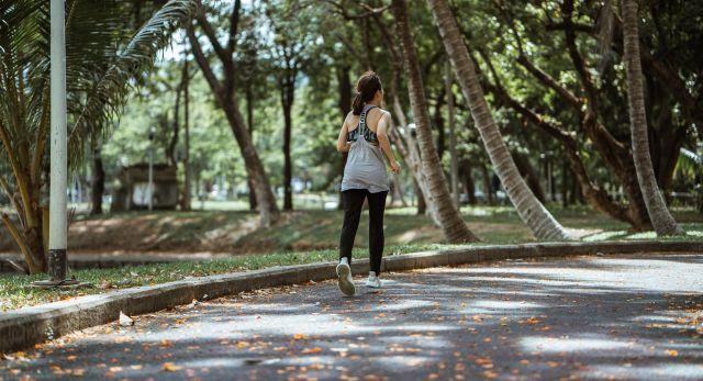Γυναίκα με γυρισμένη πλάτη περπατάει