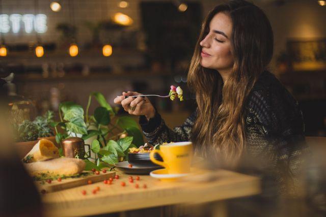 Γυναίκα με φαγητό