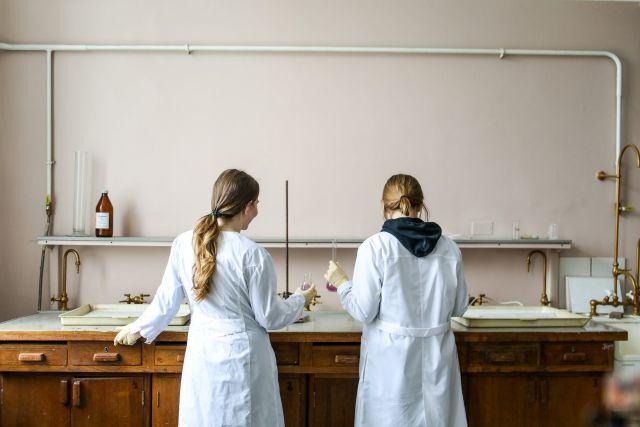 Γυναίκες με λευκές ρόμπες σε ερευνητικό κέντρο