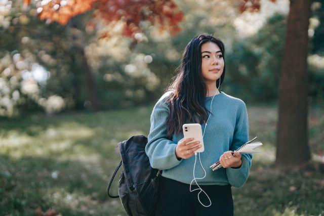 Κοπέλα κρατάει κινητό