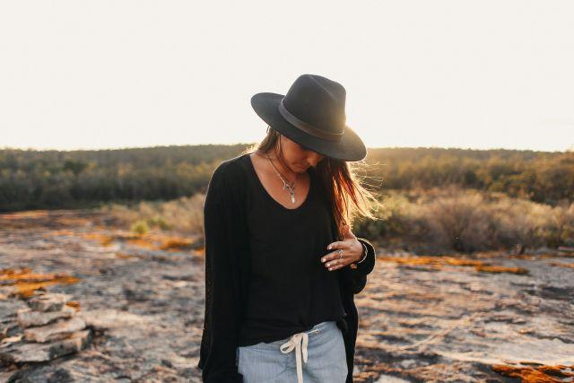 Κοπέλα με καπέλο