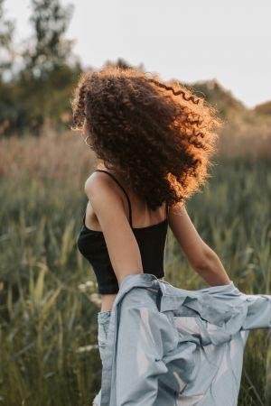 Κοπέλα με μπούκλες πίσω όψη