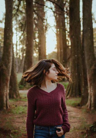 Κοπέλα στο δάσος