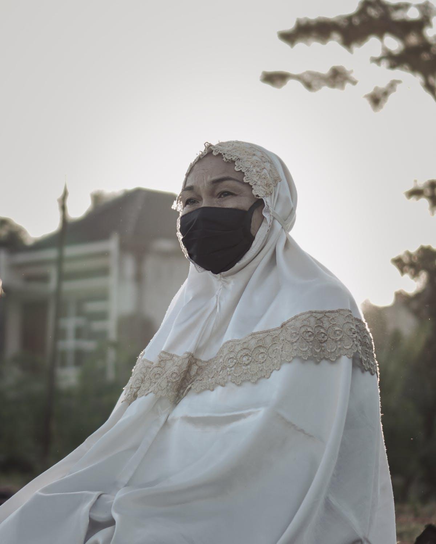 Γυναίκα με μαντήλα και μάσκα
