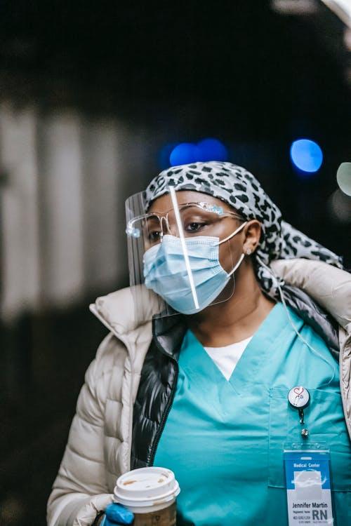 Γιατρός με μάσκα και προσωπίδα