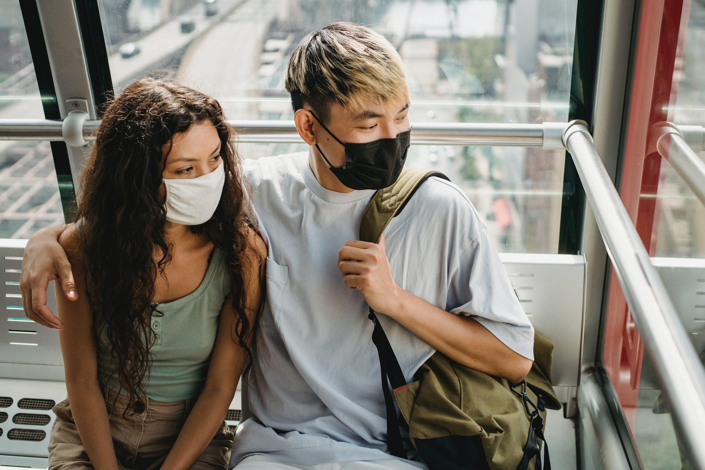 Ζευγάρι με μάσκες