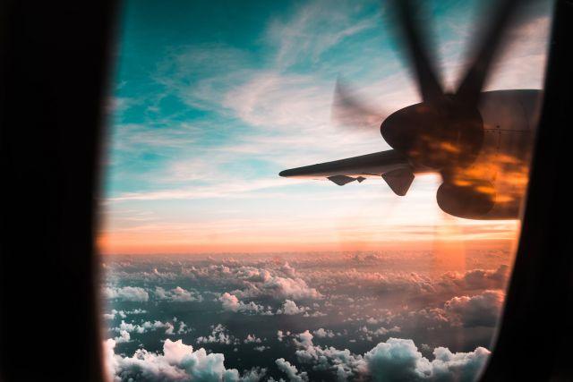 Ουρανός με σύννεφα και αεροπλάνο