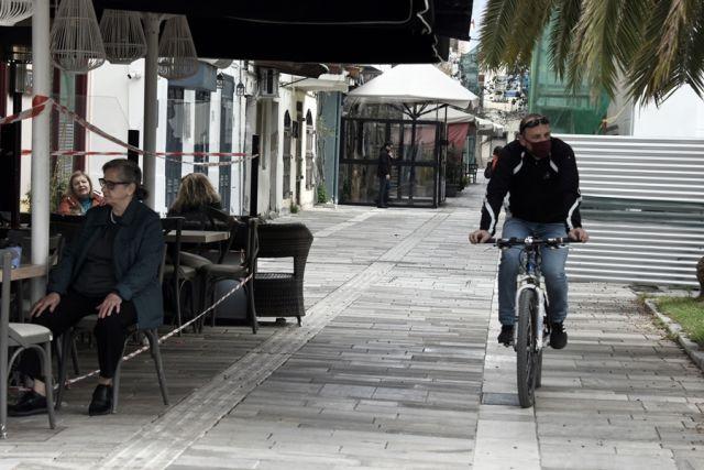 Άνδρας κάνει ποδήλατο