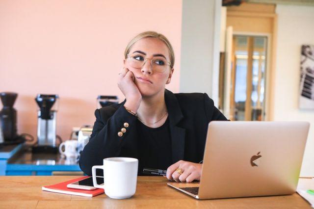 γυναικα στο γραφειο
