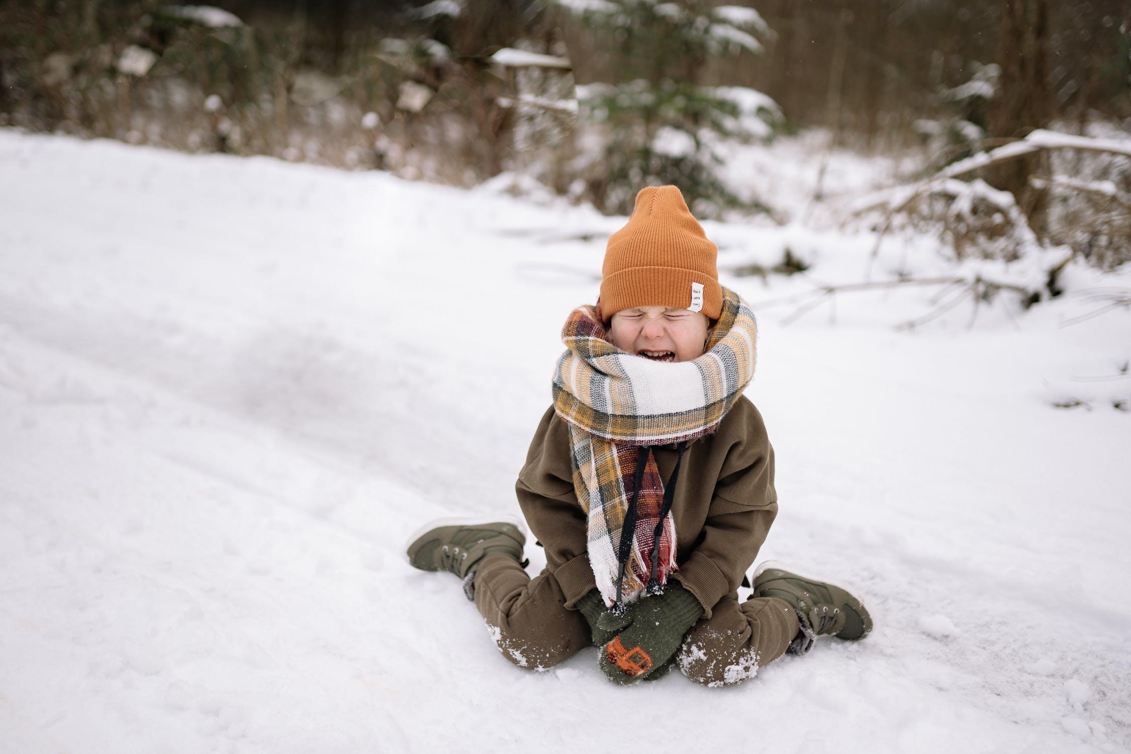 Παιδί κλαίει στο χιόνι