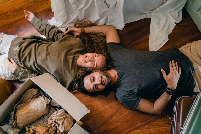 Ζευγάρι στο πάτωμα με πράγματα