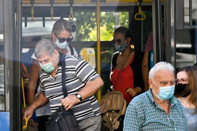 Επιβάτες σε λεωφορείο