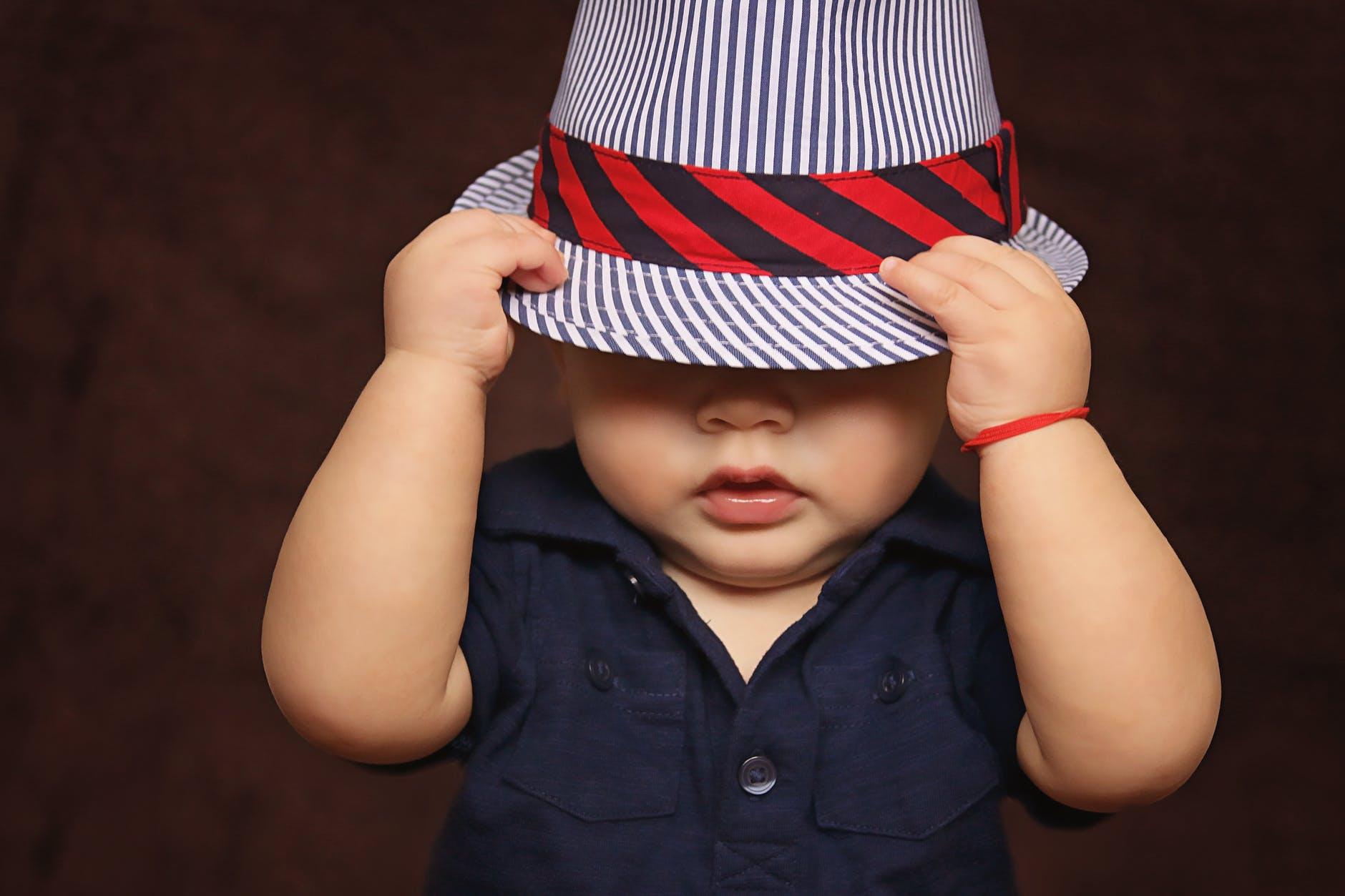 Μωρό με καπέλο