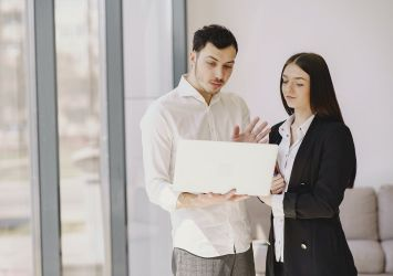 άνδρας και γυναίκα στο laptop