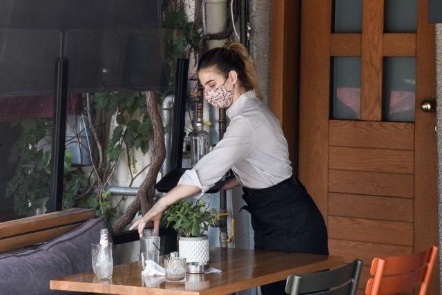 Σερβιτόρα σε μαγαζί