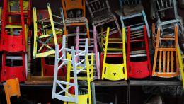 Κλειστό μαγαζί με γυρισμένες καρέκλες