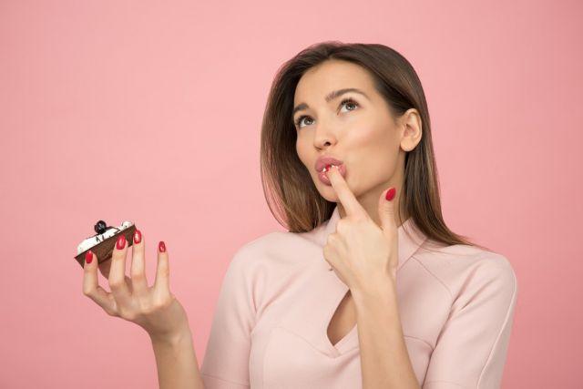 Κοπέλα τρώει γλυκό