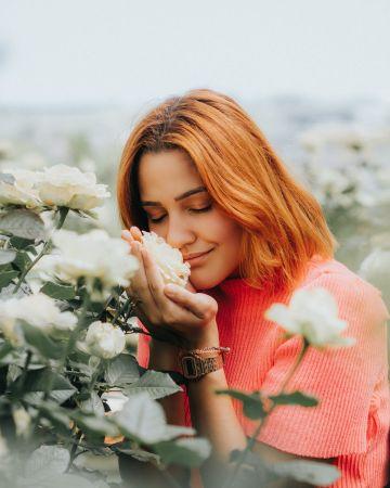 Γυναίκα μυρίζει λουλούδι