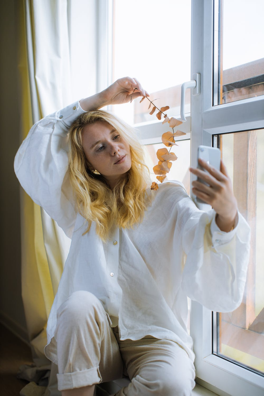 Κορίτσι βγάζει σέλφι στο παράθυρο