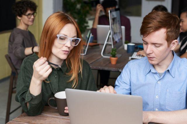 Κοπέλα και άνδρας κοιτούν λάπτοπ