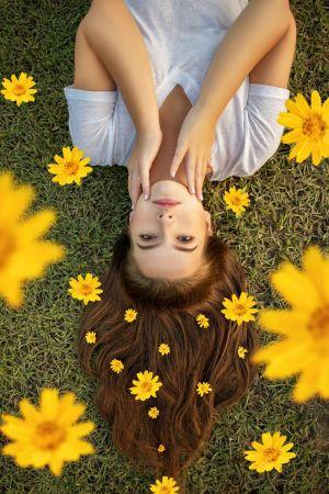 Κοπέλα λουλούδια